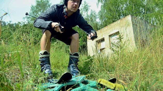 Sportovní redaktor Václav Veverka se pokusil lyžovat na bývalé kartáčové sjezdovce v Mostě