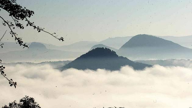 Ranní mlha zahalila centrum Mostu