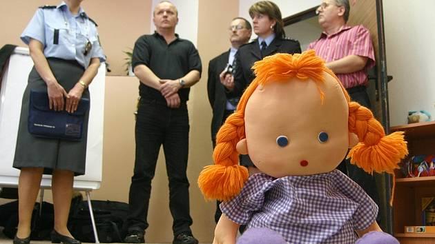 Policisté představují výslechovou místnost pro děti.