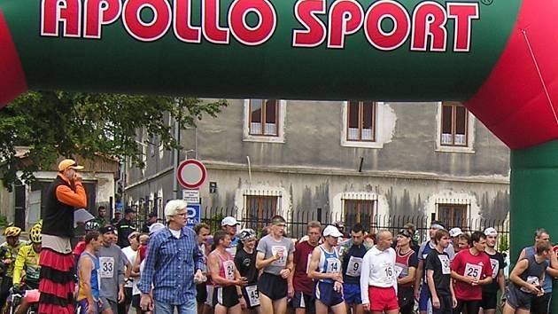 Běžci se řadí na startu a čekají na výstřel starosty Lomu Josefa Nétka.