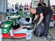 Na okruhu mosteckého autodromu byl k vidění Jaguar R5 F1, monopost formule 1, s nímž v roce 2004 startoval ve velkých cenách australský pilot Mark Webber.