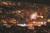 Pohled z Hněvína na ohňostroj pořádáný v centru Mostu.