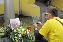 Fanoušci si jako vzpomínku na vzpomínku pořizovali fotografie.