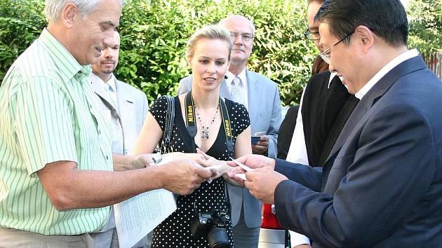 Ředitel domova zdraví čínskou delegaci.