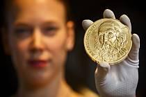 Zlaté kilogramová investiční medaile s portrétem Jana Amose Komenského.