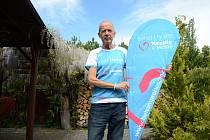 Lékař Milan Koller z Mostu pomáhá během mosteckému hospicu. Vymyslel projekt Běhám pro Hospic v Mostě založený na předbíhání závodníků, za které platí dobrovolný poplatek, za jednoho 1 Kč. Foto: Deník/Martin Vokurka