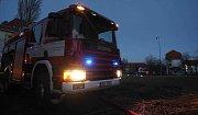 Hasiči likvidují požár podkroví v opuštěných kasárnách