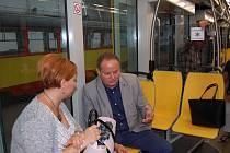 Tramvaj si prohlédla i starostka Litvínova Kamila Bláhová. Vpravo ředitel dopravní podniku Daniel Dunovský.