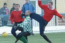 Soušský Petr Ihracký (v kostkovaném dresu) se probíjí obranou Kopist, které dostaly od Souše osm branek.