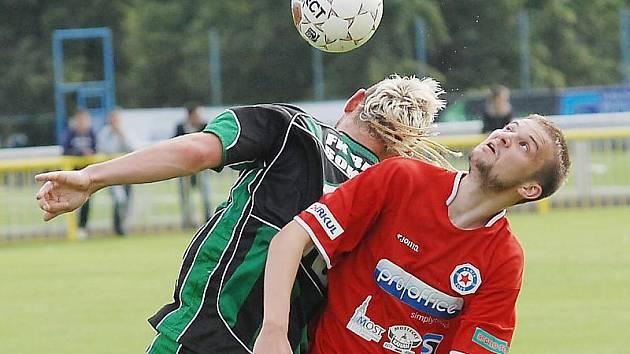 Divizní fotbalisté Souše (v červeném) doma podlehli druholigovému Sokolovu jasně 0:5.