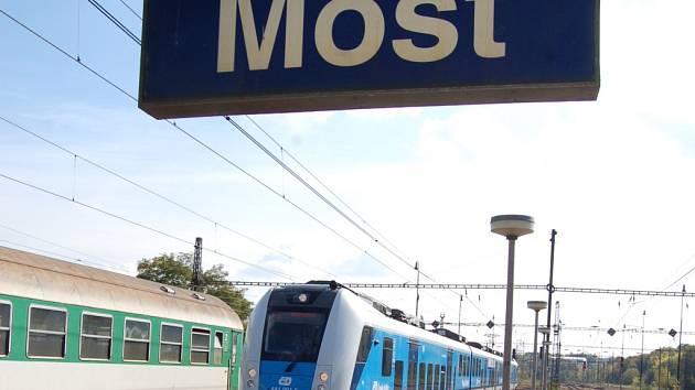Souprava RegioPanter přijíždí na nádraží v Mostě.
