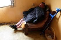 Bezdomovce Antonína Ištoka se ujali romští předáci v Chánově. Poskytli mu zatím kumbál pro dělníky, aby nespal venku a měl klid. Nemocný muž pracoval za komunistů jako dělník, pak začal bojovat s rakovinou.
