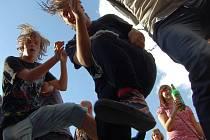Punkeři tancují na Mostecké slavnosti v roce 2013.