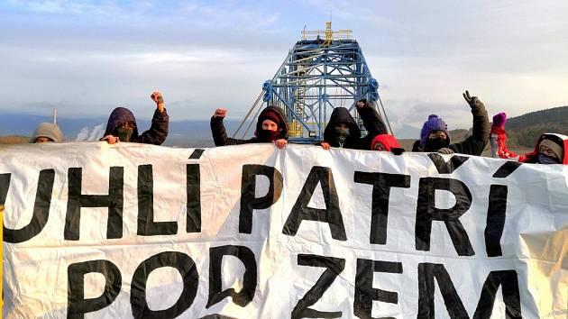 Aktivisté v úterý 29. října obsadili skrývkový bagr společnosti Vršanská uhelná v oblasti severočeské Slatinické výsypky společnosti Se.ven Energy.
