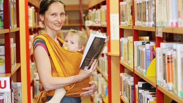 Knihovnice Hana Hogenová se podílí na fungování čtenářského klubu v Litvínově. Na každé setkání s sebou v šátku bere i dceru Barušku.