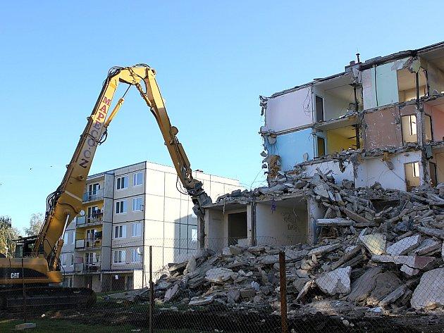 Bourání prvního ze dvou panelových domů v Bečově.