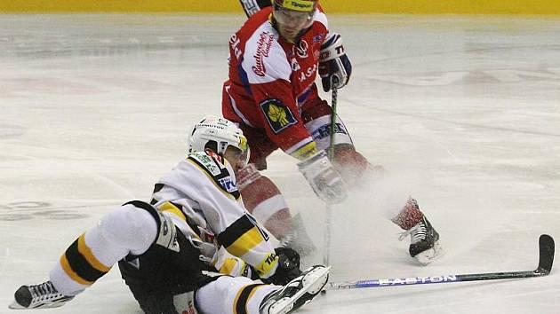 Litvínov (v bílém) doma slavil těsnou výhru 4:3 nad Českými Budějovicemi.