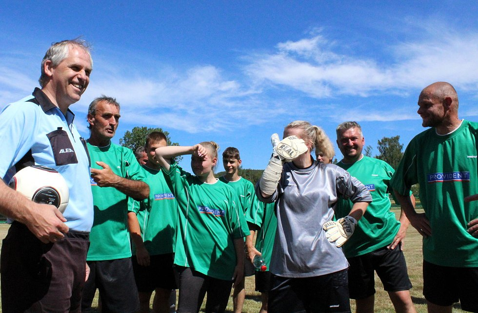 Fotbalové utkání mezi krušnohorskými jedenáctkami zažila v sobotu obec Brandov. Na zdejším hřišti se odehrálo Sportovní a kulturní odpoledne. V hlavní roli byl fotbal a utkání mezi domácím Brandovem a nedalekou Novou Vsí v Horách. Týmy vedli jako kapitáni