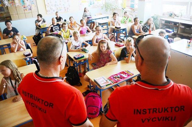 Cvičení v18.ZŠ proti útočníkovi ve škole. Je to pilotní projekt, za kterým stojí Miroslav Pokorný a Miroslav Větrovec, instruktoři Městské policie Most.