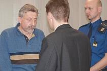 Obžalovaného Petra Tůmu z Mostu, který měl loni v květnu ubodat svého souseda, poslal soud na 12 let do basy. Tůma se proti rozsudku odvolal.