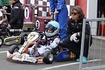 Na obrázku je malý Matvej s trenérem před startem závodu.