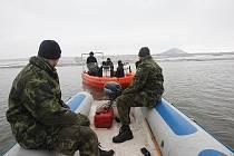 Hasiči pátrají na jezeře Most po údajně zmizelém parašutistovi.