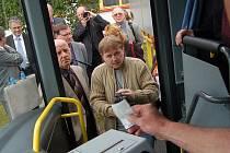 Kvůli černým pasažérům se v Litvínově bude nastupovat jen předními dveřmi.