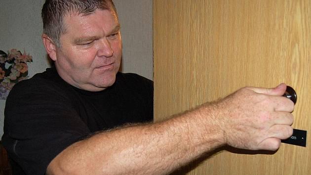 Mostecký strážník František Koukal nasazuje  v domě v centru města nové kukátko s  velkým rozhledem.