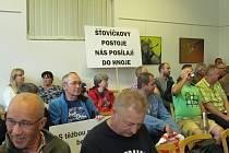 Do sálu přišly desítky lidí. Mnozí dávali najevo svůj názor ohledně těžebních limitů.