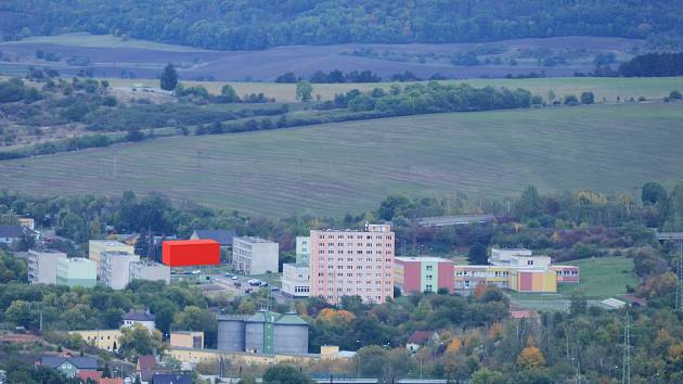 Červeně vyznačené místo na snímku ukazuje, kde má stát modulový (kontejnerový) dům v Chanově.