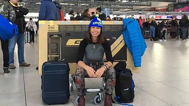 Alena Vrátná čeká před odletem na pražském letišti.