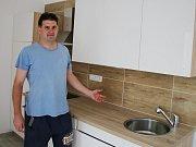 Pavel Legeza ukazuje byty, které zatím nikdo neobývá, ale už jsou pro nájemníky připraveny. Vznikly v bývalém mezibořském učilišti