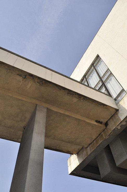Náměstí Velké mostecké stávky mezi Priorem, Repre, radnicí a třídou Budovatelů.