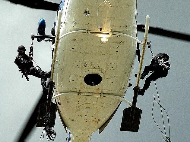 Policisté předvedli, jak vypadá zásah z letícího vrtulníku.