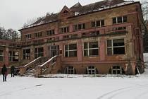 Budovy v areálu jsou zchátralé.
