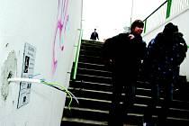 Podchod u Stovky se rekonstruoval vloni. Místo tlačítka pro vozíčkáře nyní ze zdi čouhají jen dráty.