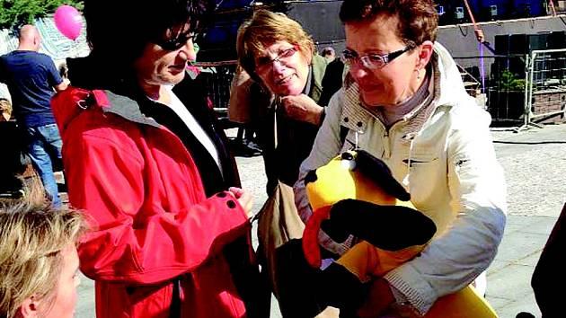 Lidé nosili na Náměstí Míru vyrobené pejsky.