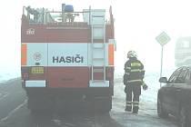 Hasiči při zásahu u požáru nedaleko Havraně.
