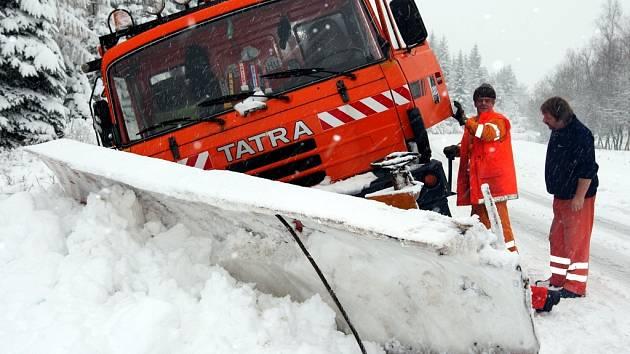 Více jak 20 minut vyprošťovali silničáři jeden ze svých pluhů z příkopu na Klínech. Plno dalších řidičů mělo stejný problém.