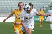 Mostecký Martin Knakal uklízí do bezpečí míč před dukelským záložníkem Tomášem Bergerem. Most hraje o víkendu v Kladně.