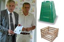Místostarosta Milan Šťovíček s letáčkem Kompostéry pro naše město, za ním radní Vlastimil Doležal, vedle dva typy kompostérů.
