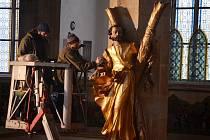 Odborníci čistí v mosteckém přesunutém kostele oltář a sochy. Použili k tomu i vysavač nebo obyčejný chléb.