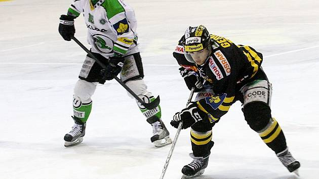 Litvínovští hokejisté (v černém) se ve středu chystají na led.
