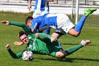 Hráči MFK (v modrém) v souboji s Nymburkem.