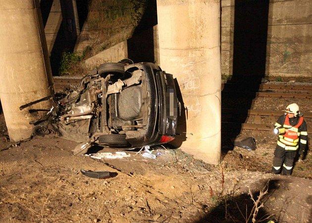 Osobní automobil zůstal zaklíněn mezi pilíři mostu