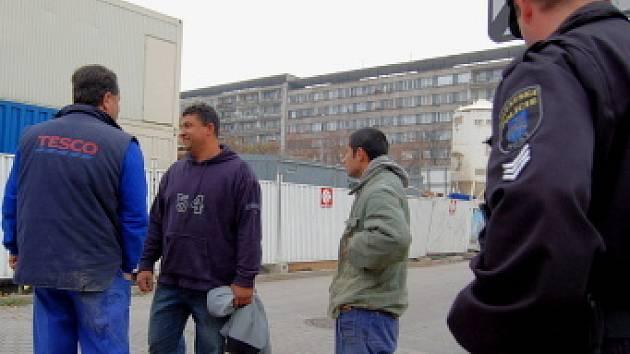 Tito tři muži se snažili utéct ze stavby obchodního centra na 1. náměstí. Vedlo je k tomu zřejmě nelegální zaměstnávání. Strážníci je však chytili.
