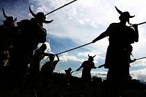 Slavnosti slunovratu a keltská noc v podání klubů historie.