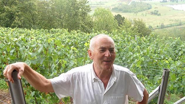 Ivan Váňa před jednou z mosteckých vinicí.