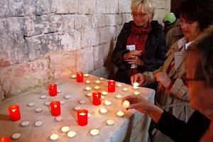 Zapalování svící ve svatostánku sv. Jakuba při Noci kostelů.
