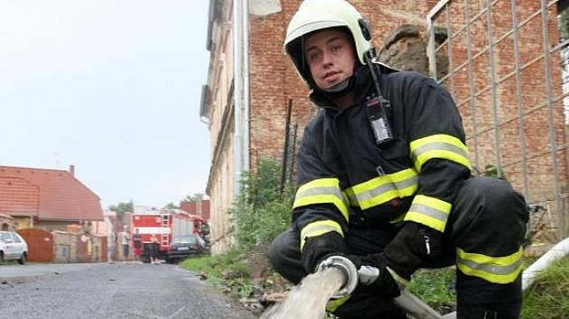 Odčerpávat vodu ze zaplavenéhoé sklepa v jednom z domů v Chudeřínské ulici v Litvínově musela v úterý v podvečer po průtrži mračen jednotka profesionálních hasičů.